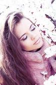 Vackra våren flicka med blommor, över rosa utomhus — Stockfoto