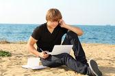 ラップトップを使用してビーチでカジュアルな若手実業家 — ストック写真