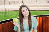 Dziewczyna z jabłkiem na zewnątrz — Zdjęcie stockowe