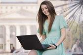 Dívka s notebooku venku — Stock fotografie