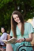 Czytanie dziewczynka — Zdjęcie stockowe