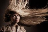 Atrakcyjny młody blond długie włosy — Zdjęcie stockowe