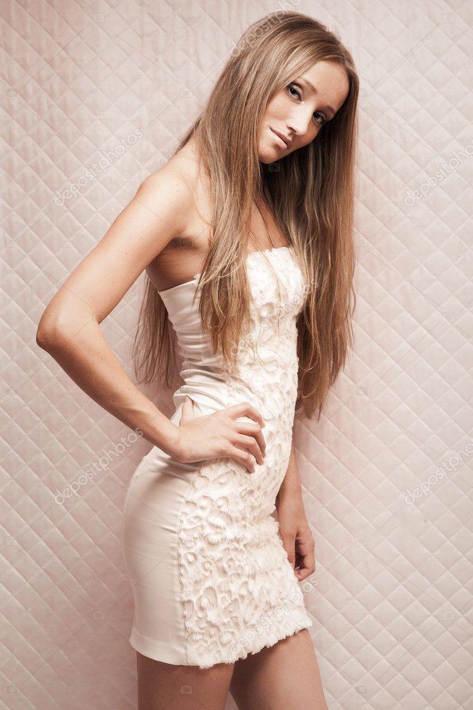 年轻漂亮的金发美女