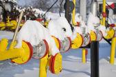 Válvulas de gás estão cobertas de neve — Foto Stock