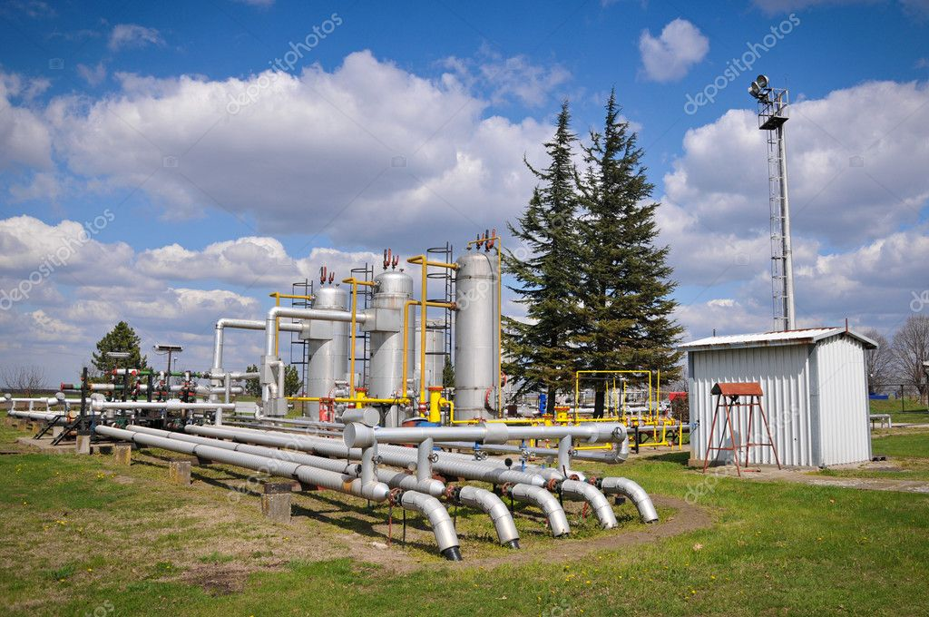 Gas storage and pipeline — Stock Photo #9917829