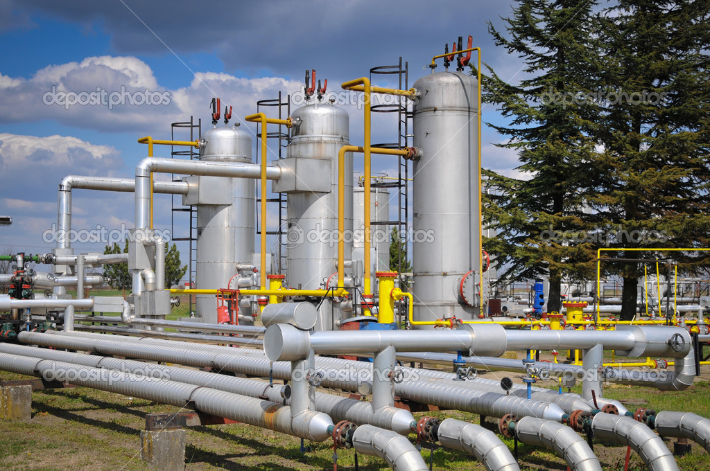 Gas storage and pipeline — Stock Photo #9917846