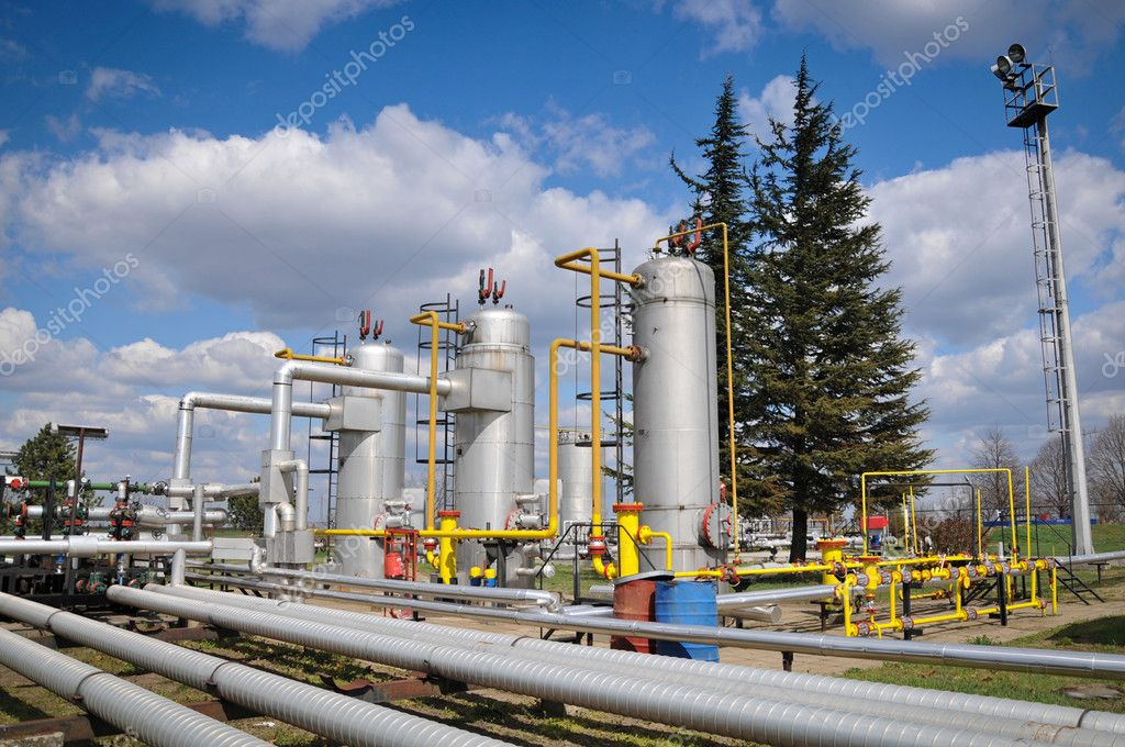 Gas storage and pipeline — Stock Photo #9917858