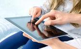 Unterhaltung mit digitalen tablet — Stockfoto