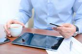 Man met een credit card voor online winkelen — Stockfoto