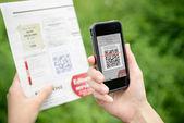 сканирование рекламы с qr-код на мобильный телефон — Стоковое фото