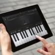 Play the piano at Apple Ipad2 — Stock Photo