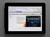 Apple Ipad showing Yahoo web page — Stock Photo
