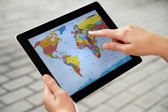 Using World Map on Apple Ipad2 — Stock Photo