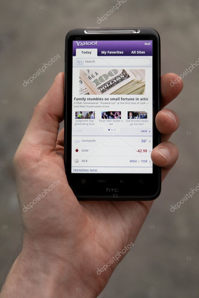 Kiev, Ukraine - May 20, 2011: Hand holding HTC Desire HD showing Yahoo news on screen. — Stock Photo #8039111