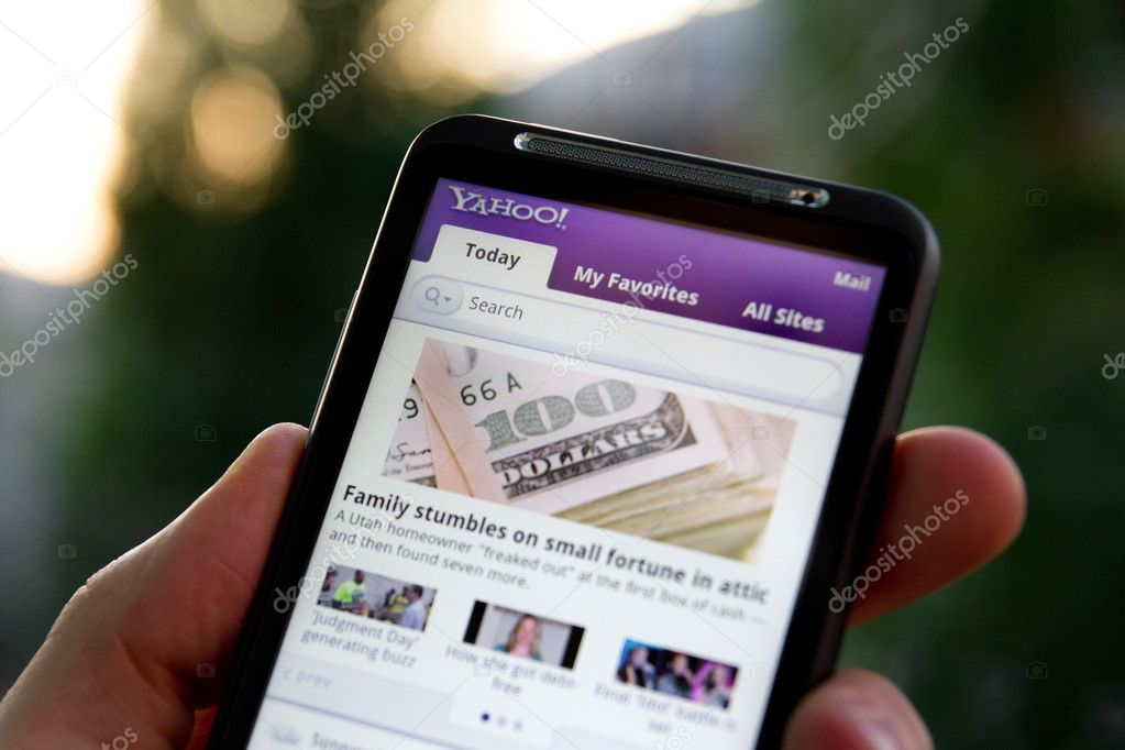 Kiev, Ukraine - May 20, 2011: Hand holding HTC Desire HD showing Yahoo news on screen. — Stock Photo #8039113