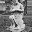 Statue of angel adorns the grave — Stock Photo