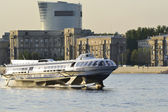The boat floats on the river Neva — Стоковое фото