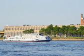 The boat floats on the river Neva — Stockfoto