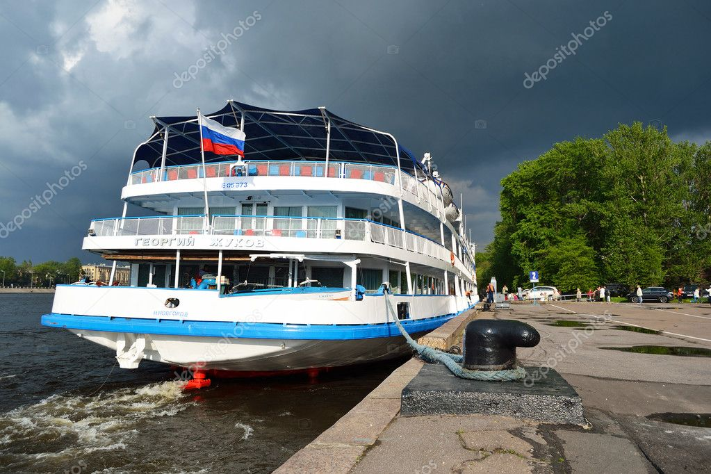 St.Petersburg, Russia - May 28, 2011: River cruise ship to berth quay in St. Petersburg on a cloudy summer day — Stock Photo #8339816