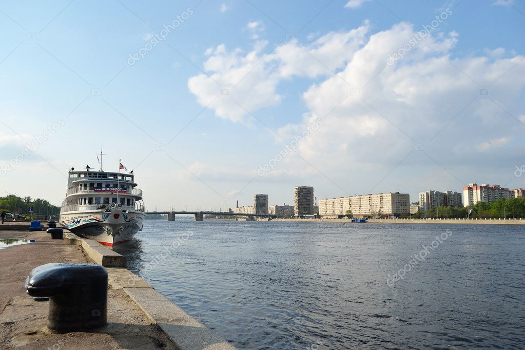 St.Petersburg, Russia - May 28, 2011: View of embankment Neva river on a sunny summer day — Stock Photo #8339817