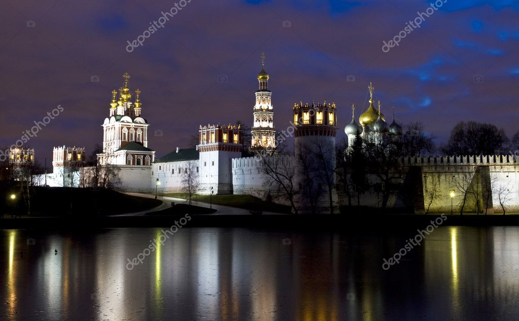 Moscow, Russia - December 06, 2011: Novodevichiy monastery on bank of pond at night. — Stock Photo #10216463