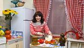 žena v kuchyni vaření — Stock fotografie