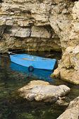 łódź w skałach — Zdjęcie stockowe
