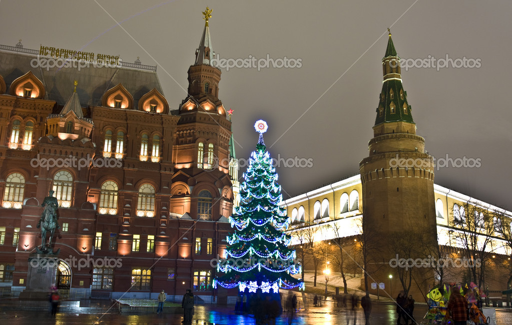 Moscow, Russia - December 14, 2011: Christmas tree on Manezhnaya square near Kremlin tower and Historical museum. — Stock Photo #8139010