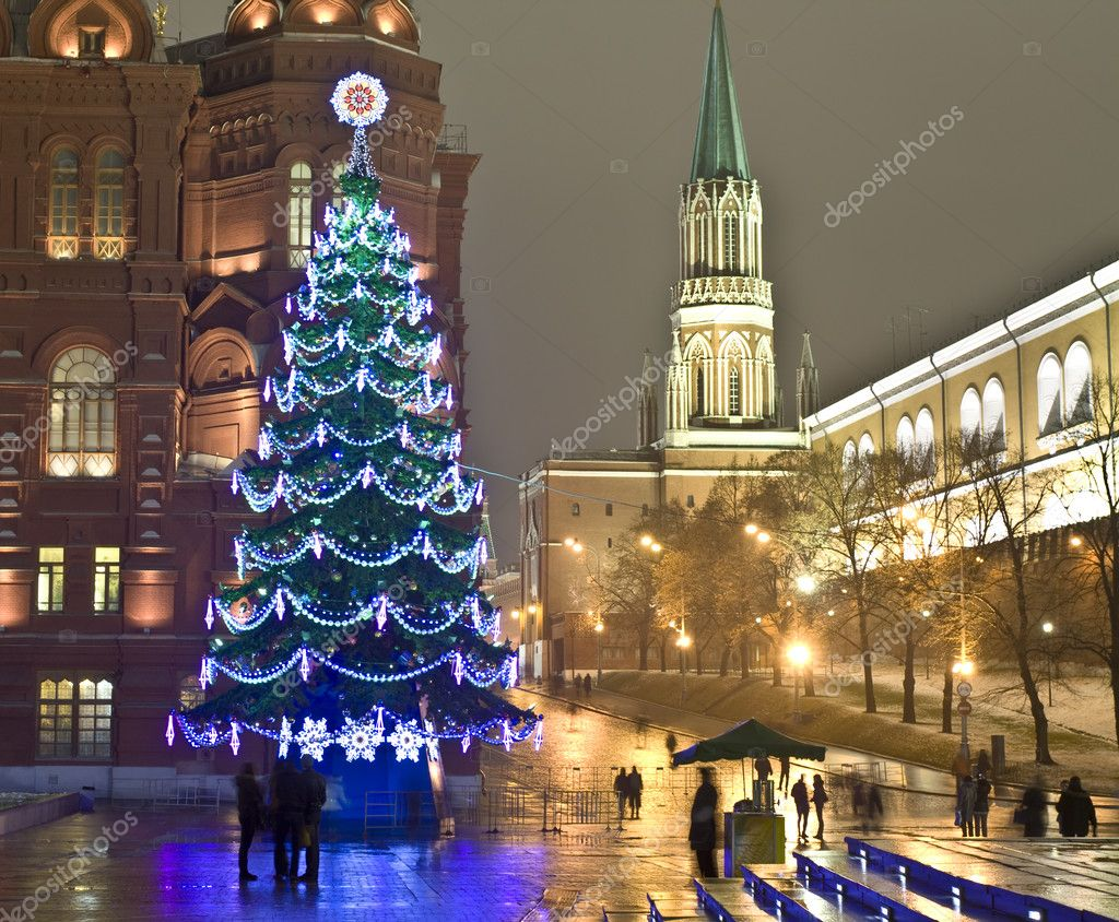 Moscow, Russia - December 14, 2011: Christmas tree on Manezhnaya square near Kremlin and Historical museum. — Stock Photo #8139130