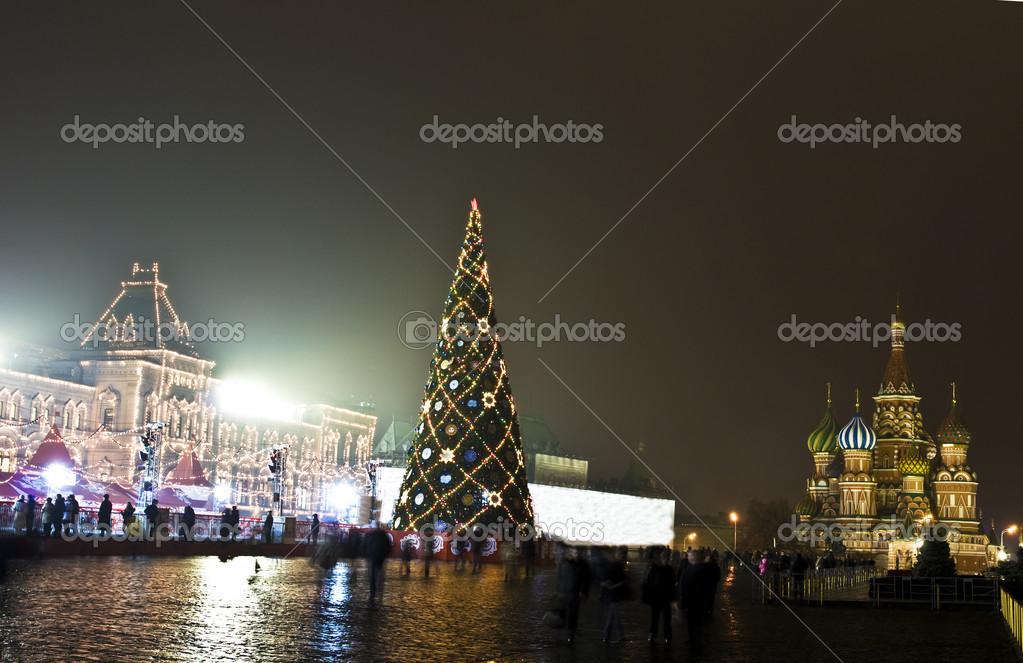 Moscow, Russia - December 14, 2011: Christmas tree on Red square, around GUM - main universal shop and St. Basil's Pokrovskiy (Intercession) cathedral. — Stock Photo #8139195