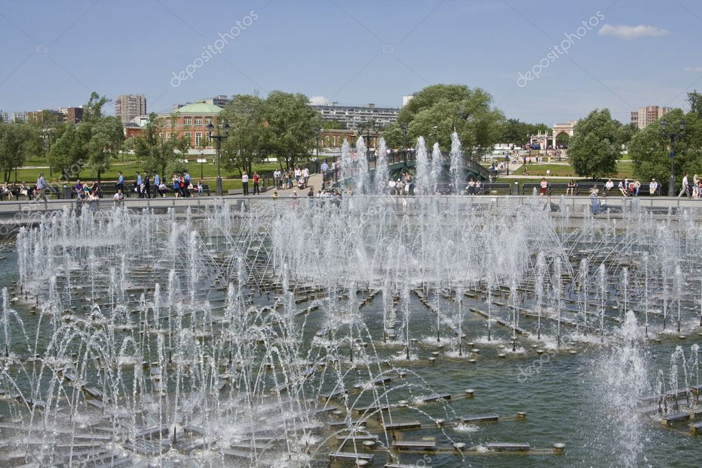 Fountain in park near palace of queen Ekaterina Second Great in Tsaritsino, Moscow. — Stock Photo #8981225
