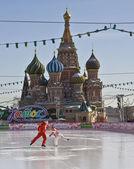 москва, каток на красной площади и собор василия блаженного (покровский) — Стоковое фото