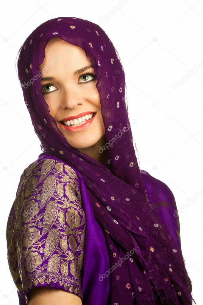 belle femme indienne en v tements traditionnels et foulard sur la t te photographie jaykayl. Black Bedroom Furniture Sets. Home Design Ideas