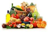 Composizione con generi alimentari e cesto isolato su bianco. — Foto Stock