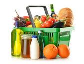 Alışveriş sepeti ile üzerine beyaz izole bakkal ürünleri — Stok fotoğraf