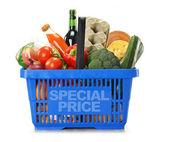 Varukorg och matvaror isolerad på vit — Stockfoto
