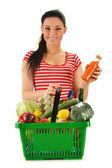 Jonge vrouw met winkelmandje geïsoleerd op wit — Stockfoto