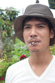 Asiate thai traditionelle Zigarette rauchen — Stockfoto