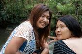 Dvě asijské thajské atraktivní žena na vodopád — Stock fotografie