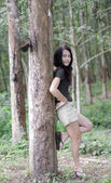 Asian thai attraktiv kvinna i skogen — Stockfoto