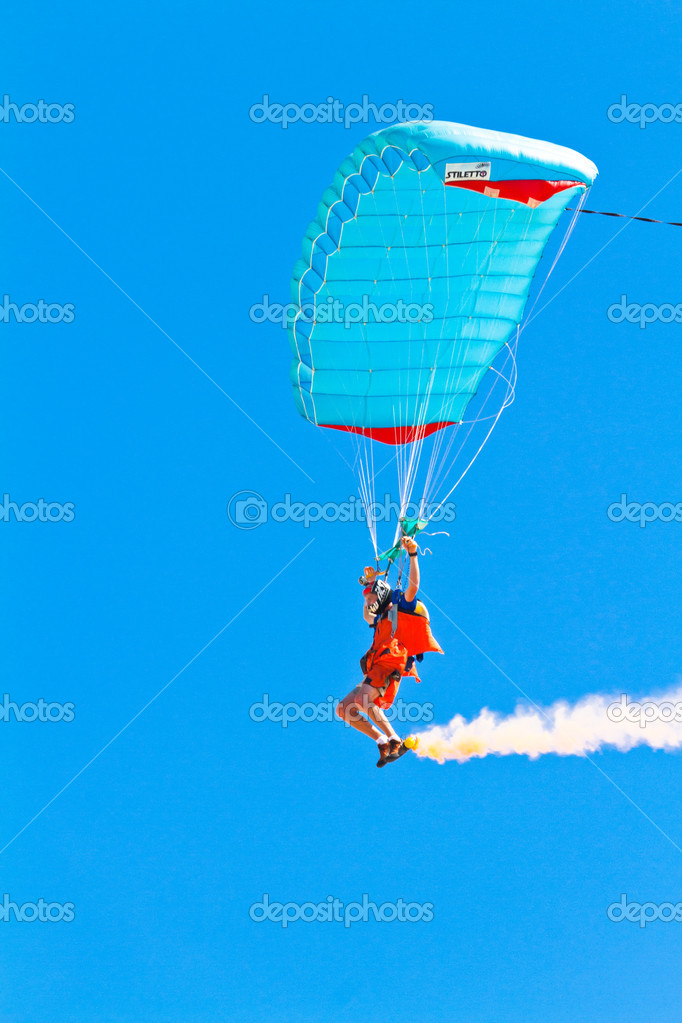 CADIZ, SPAIN-SEP 11: Parachutist Rex  Pemberton taking part in  the 4th airshow of Cadiz on Sep 11, 2011, in Cadiz, Spain — Stock Photo #10034942