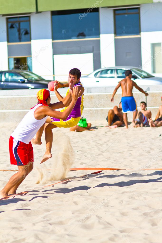 CADIZ, SPAIN - JULY 19: Unidentified players compete in a match between Los Negritos and Ademar Adentro in the 19th league of beach handball of Cadiz on July 19, 2011 in Cadiz, Spain — Stock Photo #10037418