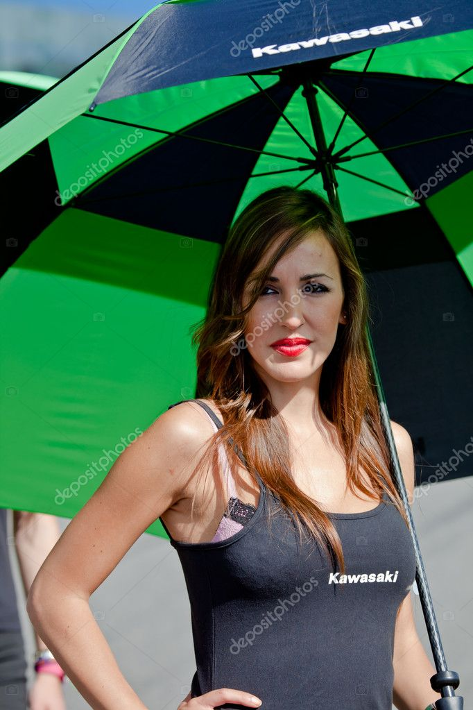 JEREZ DE LA FRONTERA, SPAIN - APR 17:  Unknown pitbabe of Kawasaki Ninja Cup of the CEV Championship, posing in the pitlane before begin the race on April 17, 2 — Stock Photo #8057300