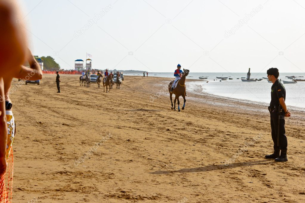 SANLUCAR DE BARRAMEDA, CADIZ, SPAIN - AUGUST 10: Unidentified riders at the start of race horses on Sanlucar de Barrameda beach on August 10, 2011 in Sanlucar d — Stock Photo #8064226