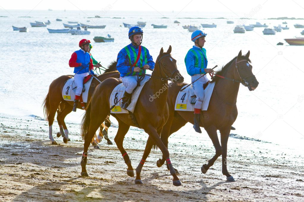SANLUCAR DE BARRAMEDA, CADIZ, SPAIN - AUGUST 10: Unidentified riders at the start of race horses on Sanlucar de Barrameda beach on August 10, 2011 in Sanlucar d — Stock Photo #8065145