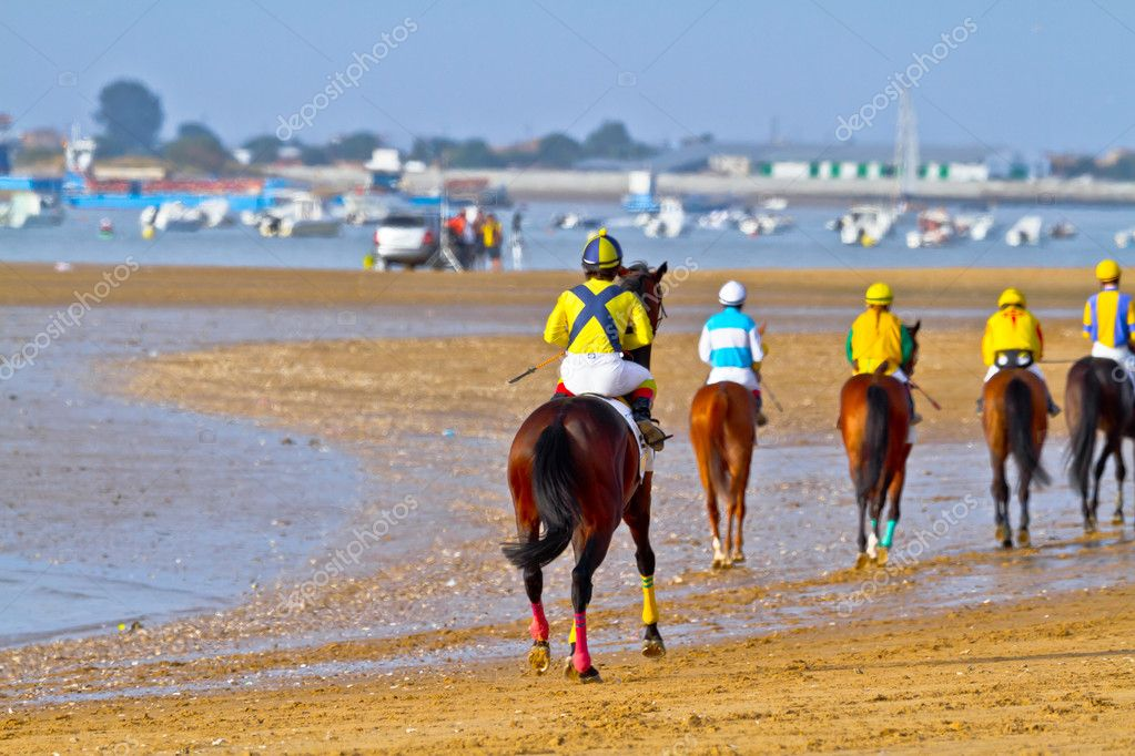SANLUCAR DE BARRAMEDA, CADIZ, SPAIN - AUGUST 11: Unidentified riders at the start of race horses on Sanlucar de Barrameda beach on August 11, 2011 in Sanlucar d — Stock Photo #8066262