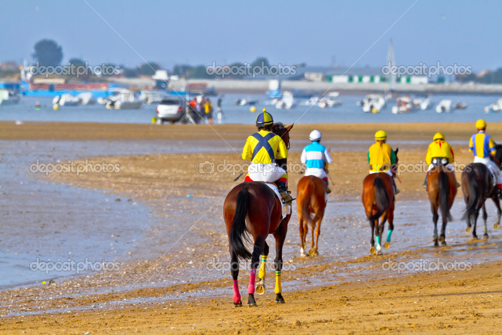 SANLUCAR DE BARRAMEDA, CADIZ, SPAIN - AUGUST 11: Unidentified riders at the start of race horses on Sanlucar de Barrameda beach on August 11, 2011 in Sanlucar d — Stock Photo #8066276