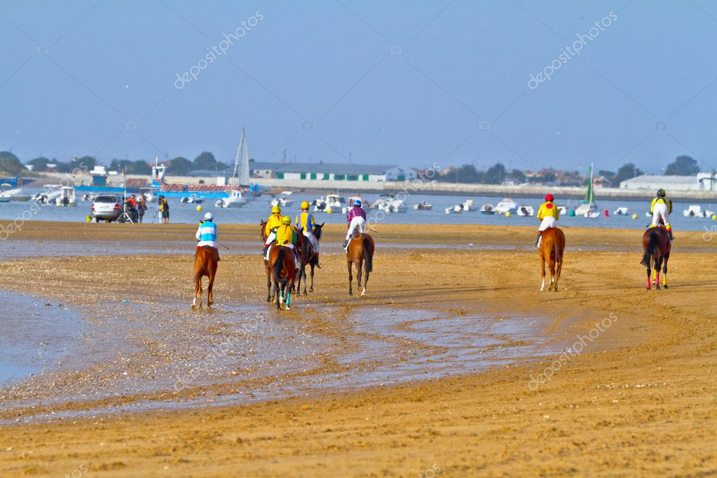 SANLUCAR DE BARRAMEDA, CADIZ, SPAIN - AUGUST 11: Unidentified riders at the start of race horses on Sanlucar de Barrameda beach on August 11, 2011 in Sanlucar d — Stock Photo #8066299