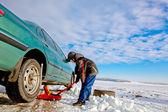 Child boy helps repairing car — Stock Photo
