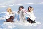 Hübsche mädchen spielen mit schnee — Stockfoto